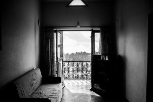 Piękny i zadbany balkon to atrakcyjny element każdego domu czy mieszkania. Gdy patrzymy na budynek z zewnątrz, balkony od razu przyciągają nasz wzrok, dlatego warto jest zadbać o to, aby ich wygląd był atrakcyjny. Co zatem sprawia, że jeden balkon jest piękniejszy od innych? Balustrada balkonowa Głównym elementem balkonu jest jego balustrada, która jest komponentem nie tylko praktycznym. Chociaż jej podstawową funkcją jest ogrodzenie balkonu oraz zabezpieczenie go, balustrada balkonowa może być także sposobem na wyrażenie naszego gustu. Od tego, jaką balustradę wybierzemy na nasz balkon, zależy postrzeganie naszego domu przez gości czy nawet przez przypadkowych przechodniów. Osoby, które chcą dbać o dom i jego wnętrze, starają się dekorować je według swojego gustu, ale także inspirują się światowymi trendami, powinny być świadome tego, że balustrada balkonowa jest ważnym elementem. Wybór balustrady nie powinien zatem być przypadkowy, gdyż źle dobrana balustrada może nawet zniszczyć wizerunek naszego domu. Urządzając balkon należy zatem pamiętać o poświęceniu czasu na wybranie odpowiedniej balustrady. Balustrada balkonowa – różne typy Wybór balustrady na balkon można podzielić na kilka etapów. Trzeba się zastanowić na przykład nad jej kolorem, wyglądem, dodatkowymi elementami ozdobnymi itd. Ale przede wszystkim musimy wiedzieć, z jakiego materiału ma być ona wykonana. Balustrada balkonowa powinna być nie tylko piękna, ale przede wszystkim trwała i odporna na różne warunki atmosferyczne, takie jak deszcz czy wysoka temperatura. Dobrym wyborem będzie balustrada balkonowa stalowa, pomalowana odpowiednimi farbami, dzięki czemu będzie idealnie wyglądać przez długie lata. Balustrada balkonowa może być również wykonana z odpowiednio zabezpieczonego trwałego drewna. Innym typem są balustrady balkonowe ze szkła, które nadaje jej nowoczesny wygląd. Balustrady balkonowe – jak wybrać? Wybór balustrady balkonowej powinien być przemyślany, abyśmy mogli cieszyć się nią przez długie